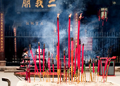 Place of worship, Wu Hou, Chengdu (Juha Riissanen) Tags: china temple worship shrine candles chengdu incense wuhou