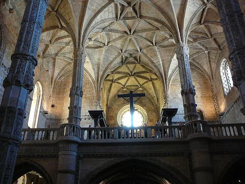El coro, con la bóveda de la nave y el rosetón al fondo.