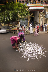 Drawing tradition (MRK Clicks) Tags: road ladies colors nikon photowalk tradition chennai tamilnadu kolam cwc momanddaughter mrk  d40  triplicane thiruvallikeni  1116mm chennaiweekendclickers mrkclicks  cdlx