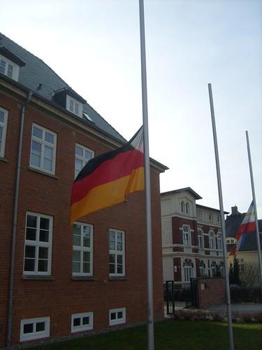 Flagge auf Halbmast zur Trauer