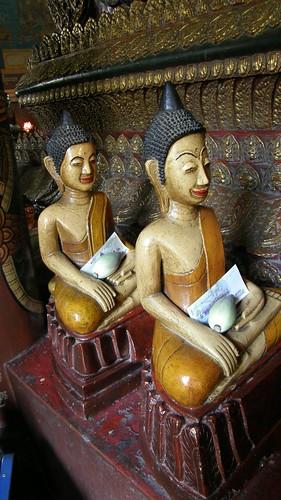 44.小佛像圍繞在大佛像的四週