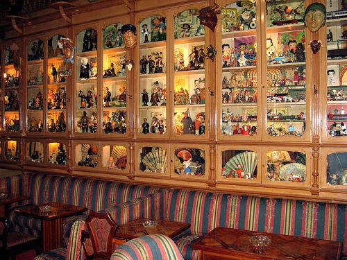 Vista de varias de las vitrinas con objetos varios