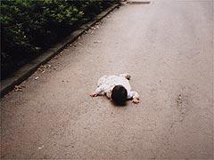 途中の坂で力尽きる1歳のあーちゃん