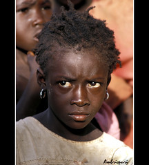 13-No me fio. (Ambrispuri) Tags: africa portrait girl face look retrato cara tribal nia misery ethnic mirada rostro burkinafaso miseria ambrispuri