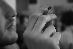 La Dolce Vita (berlinmeineliebe) Tags: madrid bw macro retrato bn mano tribunal malasaña winston cigarrillo elrincón canoneos400d canonrebeleosxti