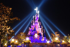 Spotlights on the castle (Noodlesfur) Tags: lighting light paris castle de la disneyland au disney spotlight resort belle lit chateau bois dormant spotlights disneylandresortparis dlrp disneyphotochallengewinner chateaudelabelleauboisdormant 5stardisneyaward