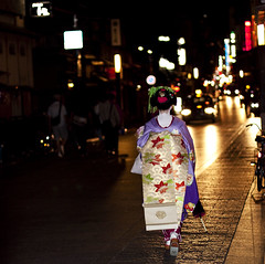 (tommassi) Tags: street night 50mm kyoto day f14 traditional maiko geisha 京都 祇園 kimono gion nightview streetview 着物 dayview 芸者 舞妓 芸子 canon50d