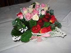 cestino all'uncinetto con calle e rose rosse e rosa (uncinetto_patrizia) Tags: e di fiori con composizione zucchero cestino alluncinetto inamidato
