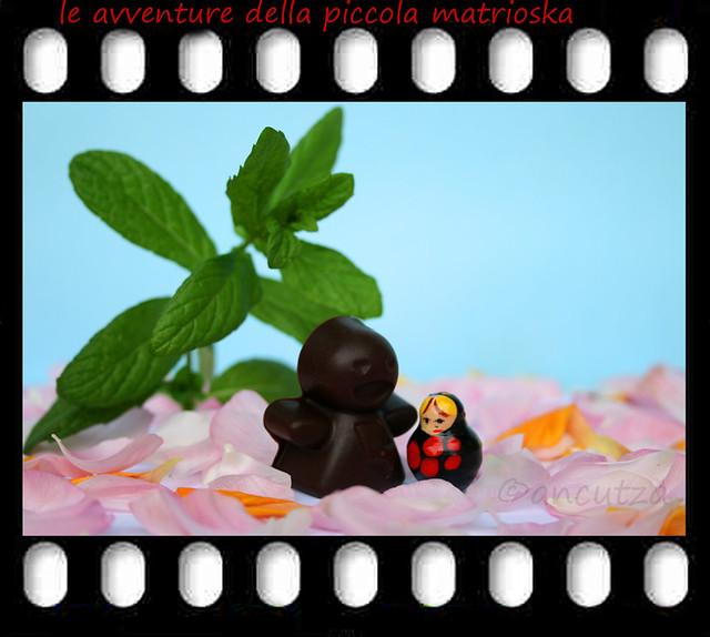 matrioska e l'uomo di cioccolato con petali di rose