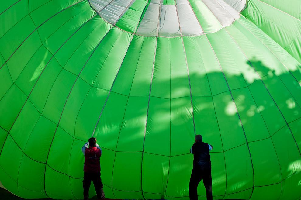 Dos asistentes colaboran en el proceso de inflado de los globos durante el Festival de Globos Aerostáticos llevado a cabo en la Ciudad de Areguá el lunes 16 de Mayo, en las distintas modalidades vuelo libre y cautivo. (Elton Núñez - Asunción, Paraguay)