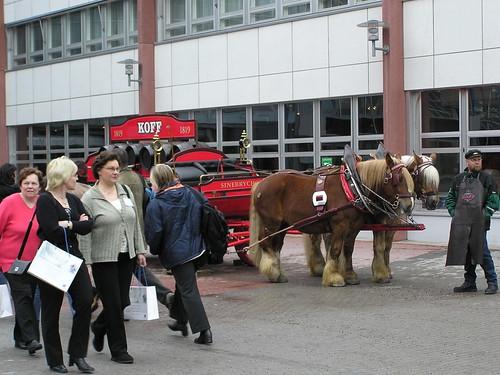 Sinebrychoffin olutvankkurit vetohevosineen Messukeskuksen edustalla