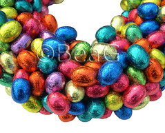 Another Easter Egg Wreath (Nog Een Paaseitjes Krans) (Made by BeaG) Tags: original easter creativity design colorful artist belgium designer handmade chocolate oneofakind ooak kunst belgi wreath creation eggs colourful krans unica walldecor eastereggs unicum chocolateeggs eastercandy easterdecoration easterchocolate couronne tabledecoration doordecoration innovative homedecoration tabledecor beag walldecoration doordecor uniqe innovatief easterdecorations easterfun easterwreath easterdecor doorgift kunstenares uniquedesign ontwerpster chocolateaddicts originaldesigner creativedesigner eastercrafting colorfuleastereggs candywreath paaseitjeskrans eastereggswreath colourfuleastereggs easterhomedecor colourfuleaster colorfuleaster designedandmadebybeag uniekontwerp ontworpenengemaaktdoorbeag handgemaaktekrans gedecoreerdekrans kransmaken fireplacedecoration snoepkrans kransvansnoep chocolatewreath wreathforchocolatelovers chocolateeggswreath designerwreath designerwreaths