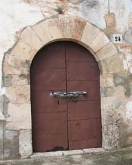 Rectoria de l'esglsia de Sant Pere i Sant Feliu, Font-Rub (esta_ahi) Tags: barcelona door espaa architecture spain arquitectura puerta porta rectoria peneds  fontrub ipa2601