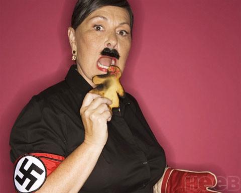 La provocazione di Roseanne Barr, vestita da Hitler. by you.