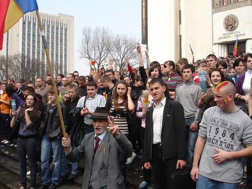 Bătrân protestează în faţa Preşedinţiei la 7 aprilie 2009