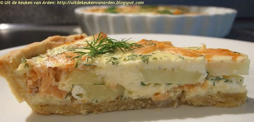Hartige taart met zalm, dille en aardappel