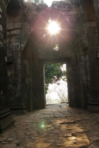 040.日出的陽光從主殿外照入 (3)