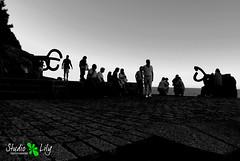 Chillida (Aurélie Xénophane) Tags: sunset people blackandwhite bw sculpture spain noiretblanc nb sansebastian espagne 2009 août paysbasque eduardochillida blackwhitephotos studiolily auréliexénophane