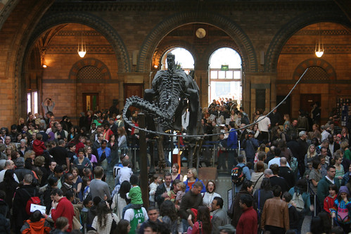 Richard Carter님이 촬영한 Crowd surrounding Diplodocus, Natural History Museum, London.