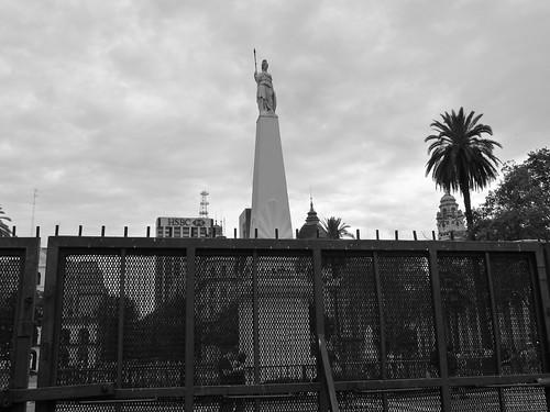 Plaza de Mayo, con le barricate mobili intorno