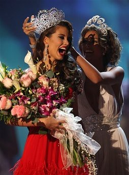 Stefania Fernandez being crowned Miss Universe 2009