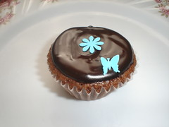 Blue daisy chocolate cupcake (Xquisite cakes) Tags: flowers blue cake aqua pretty chocolate cupcake chocolatecupcake fondant sugarpaste whisical ganche buterfliy