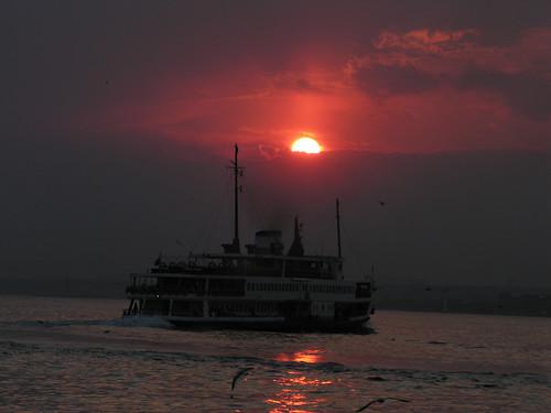 ...és a hajó elpropellerezett a lemenő nap irányába...
