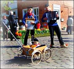 Musiker aus Holland (Lispeltuut) Tags: city musicians germany musiker tulips potsdam tulpen klompen deutschetelekom holländischesviertel holzschuhe invitedby tulpenfest2009