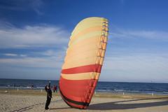 Kika contro la ruota gigante (roccu1977) Tags: sea sky kite beach mare colours wind cielo colori canoneos350d spiaggia vento aquilone wintersea maredinverno roccu1977 herewithoutyou kika18k mieiocchi tagliatadicervia rivieradeipini 29fe