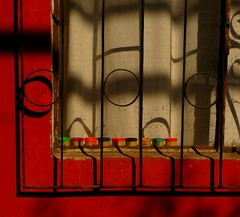Las ventanas se abren hacia dentro (caminanteK) Tags: chile voyage travel viaje color luz sol jaune rouge ventana lumix soleil rojo arquitectura chili solitude lumire couleurs travellers sombra colores ombre viajando ventanas viajes soledad rue fentre rues sombras rideau barreaux viajar ombres caminando temuco posie rideaux poesa versos raseunavez ptemodeler visillos araucanie tz5 panasonicdmctz5 dtailsenfer caminantek unesaisonauchili caminandoporchile