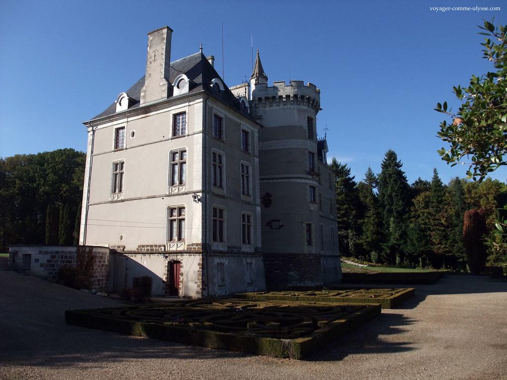On voit la belle tour à créneaux, d'origine médiévale