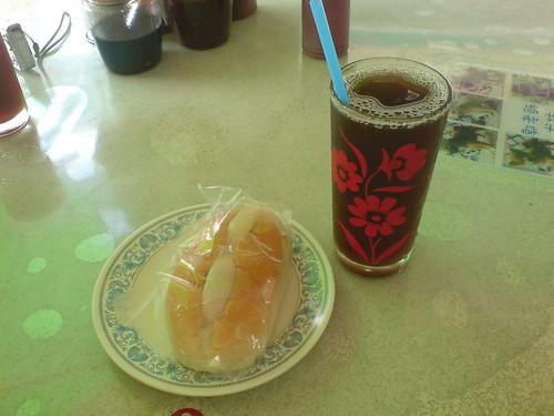 紅茶加沙拉麵包