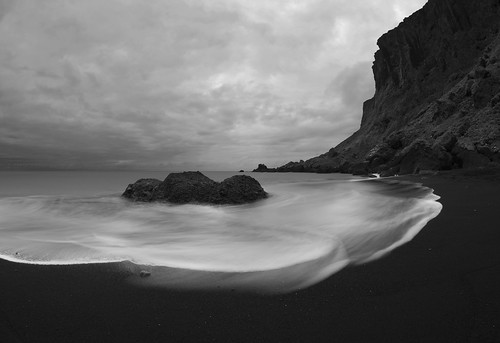 Love of black sand by <a href='http://www.flickr.com/photos/andriel/'>Andri Elfarsson</a>