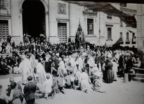 Procesión del Corpus Christi pasando por la Plaza del Padre Juan de Mariana (Toledo) a principios del siglo XX
