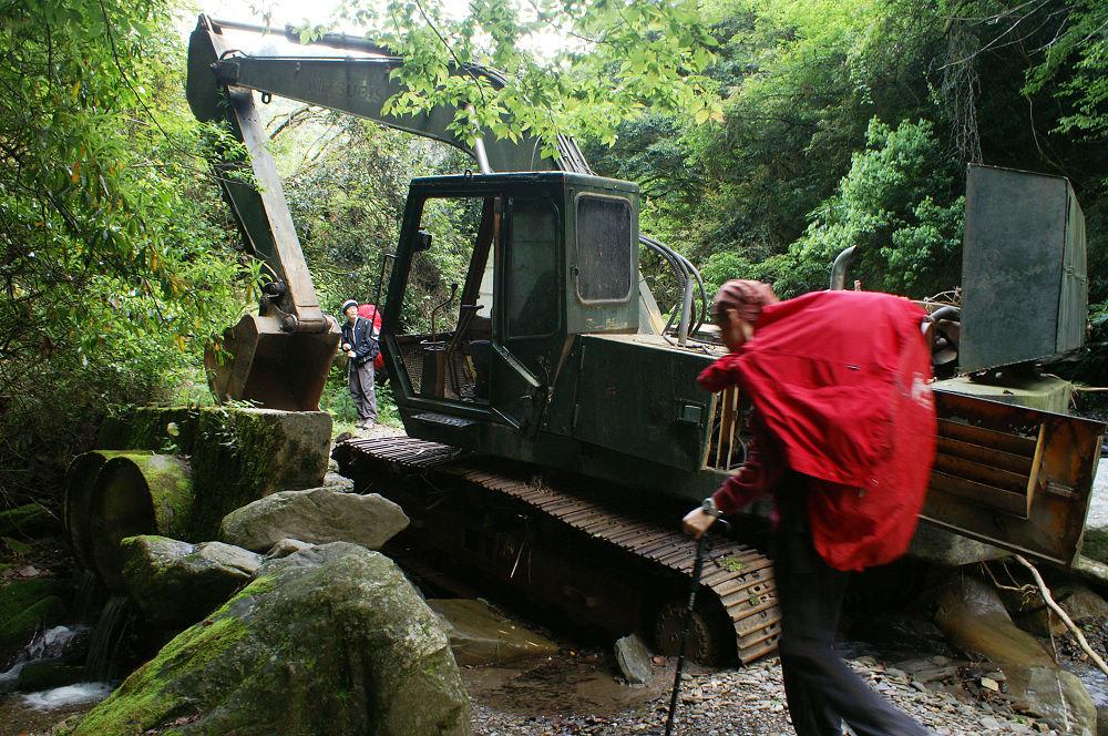 02-710林道地標:進退不得挖土機