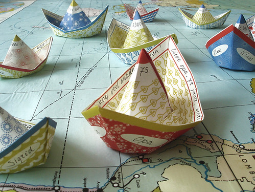 Papierschiffchen by Jurianne Matter