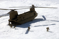 [フリー画像] [航空機/飛行機] [軍用ヘリ] [ヘリコプター] [CH-47 チヌーク] [CH-47 Chinook] [兵士/ソルジャー] [雪景色] [アフガニスタン風景]   [フリー素材]