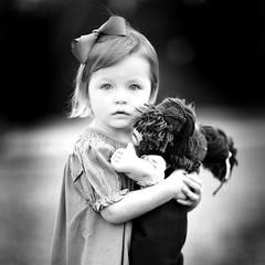 Portrait eines Mädchens und der Puppe (-Teddy) Tags: portrait bw canon toddler doll child 85mm deutsch canonlens canonef85mmf12lusm 85l exodusphoto canonef85mmf12liusm listeningtosomeclassical onlyificouldspeakgerman