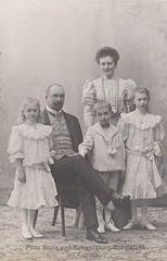 Prince Sizzo  of Schwarzburg Rudolstadt with his family (Miss Mertens) Tags: germany deutschland king princess postcard royal prince queen rey re kaiser regina rudolstadt tyskland reine allemagne royalty monarchy cartolina adel oldfashioned roi prinz royalfamily knig postkarte principe knigin principessa prinzessin monarchie monarchia kaiserin schwarzburg picturecard koningshuizen casareale familleroyal
