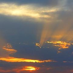 El sol quiere salir (nuska2008) Tags: atardecer flickr sunsets nubes rayosdelsol mywinners colorphotoaward goldsealofquality everydayissunday homersiliad natureselegantshots lightstyles olympusu1060s1060 nuska2008 nanebotas