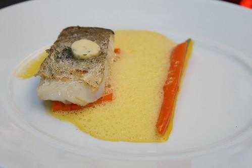 Bistrot Le 7, Valence: le cabillaud, cuit sur la peau a la'huile d'olive,fondant de carottes des sables a la fleur de thym