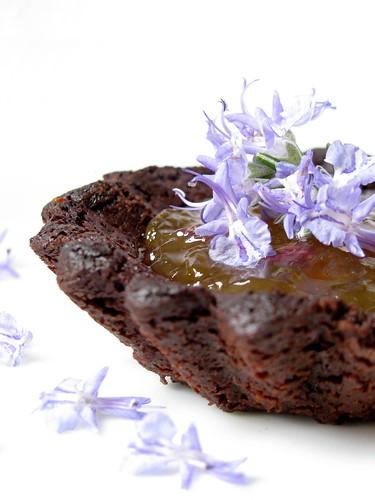 Tartellette al cacao con marmellata di limoni e fiori di rosmarino