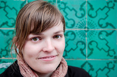 Adrienne (KraKote est KoKasse.) Tags: portrait vert sourire adrienne flickrfriends lisbonne regard ajulejos canonef24105mmf4lisusm krakote canoneos5dmarkii catelle 5d2 5dmkii wwwkrakotecom valeriebaeriswyl