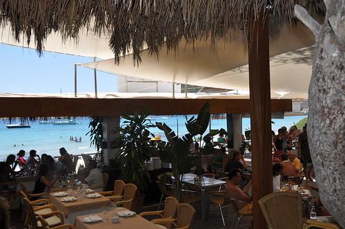 Vista desde el interior del restaurante con el mar al fondo