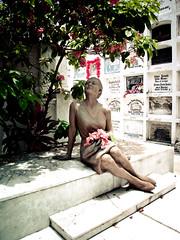La dama eterna (WR276) Tags: cemetery grave statue ecuador 4 cementerio noflash tumba cropped 80 estatua 2009 guayaquil f40 guayas 1100sec canonpowershotg10 1100secatf40