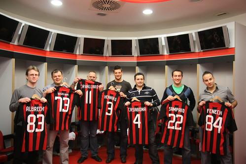 El Equipo Bwin recibe las camisetas del AC Milan en los vestuarios de San Siro