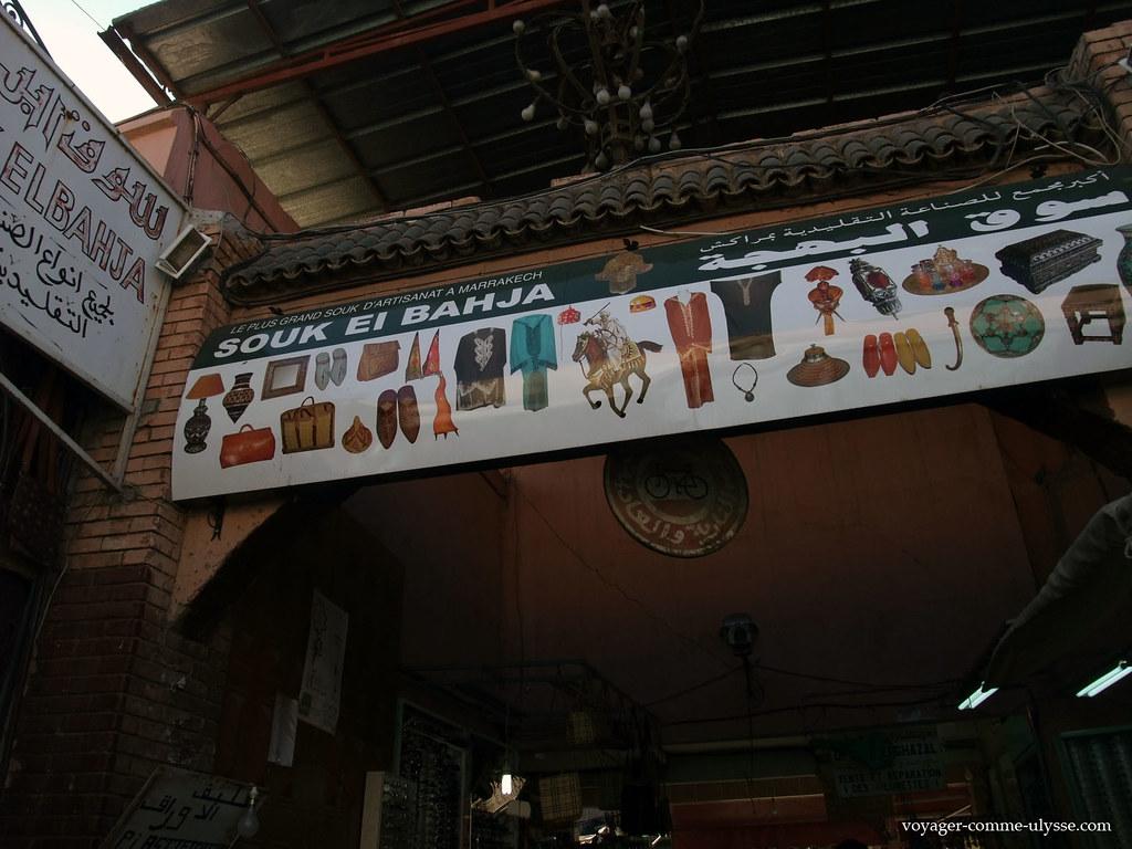 écriteau de la boutique, avec les produits en vente