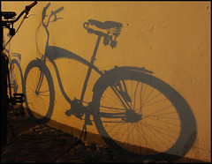 Shadow Cruiser (It's Stefan) Tags: sunset shadow bike bicycle germany rad bicicleta explore bici nrw dsseldorf bicyclette lowrider cruiser velo duesseldorf fahrrad velocipede bicicletta  burgplatz  beachcruiser warmcolours  explored bcane biciclo  pentaxk20d  shadowcruiser