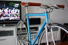 Singlespeed building in front of the Giro d'Italia (mrjohan) Tags: columbus speed track italia d sl chrome honey single singlespeed fixed fixie swift pista brooks giro