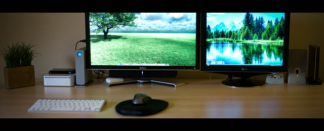 3556620491 a14606c4f6 z vector 25 Awesomely Cool Office Desk Setups